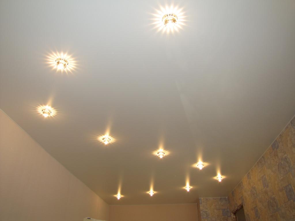 Как расположить светильники на натяжном потолке фото