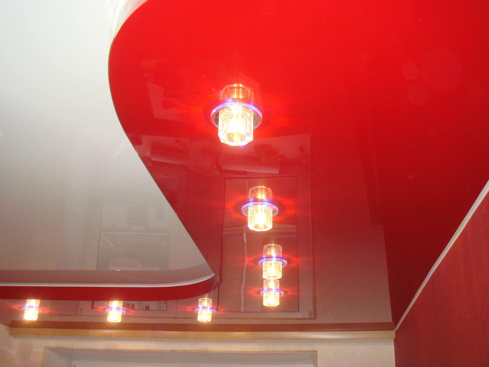 натяжные потолки красные фото