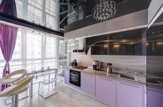 Кухня с черным натяжным потолком