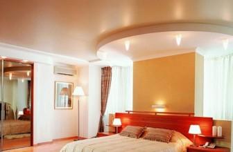 Спальня с сатиновым натяжным потолком