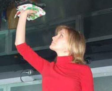 Как правильно мыть натяжной потолок?